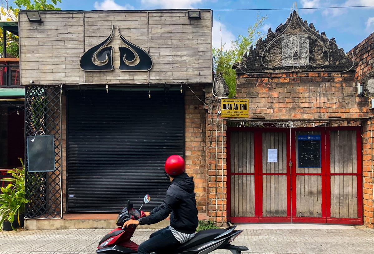Bar Buddha trở thành ổ dịch sau buổi tiệc đêm 14/3 có nam phi công tham dự, hiện bị đóng cửa. Ảnh: Quỳnh Trần.