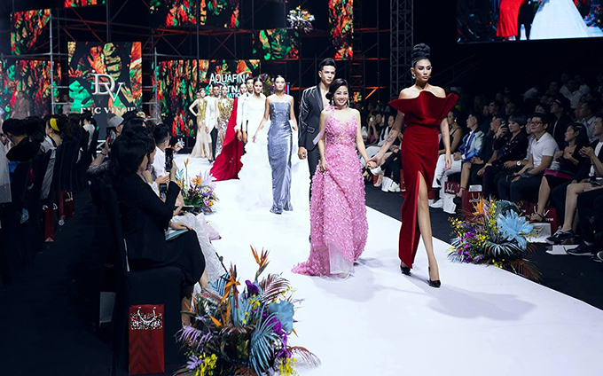 Võ Hoàng Yến nắm chặt tay Mai Phương khi catwalk.