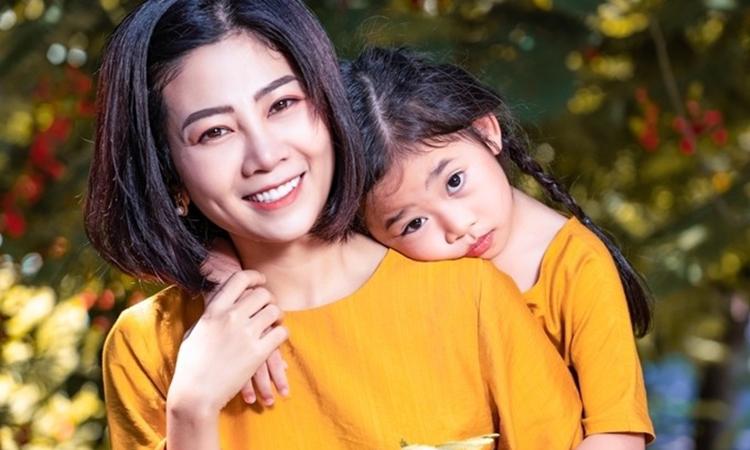 Mai Phương bên con gái Lavie. Ảnh: Facebook.