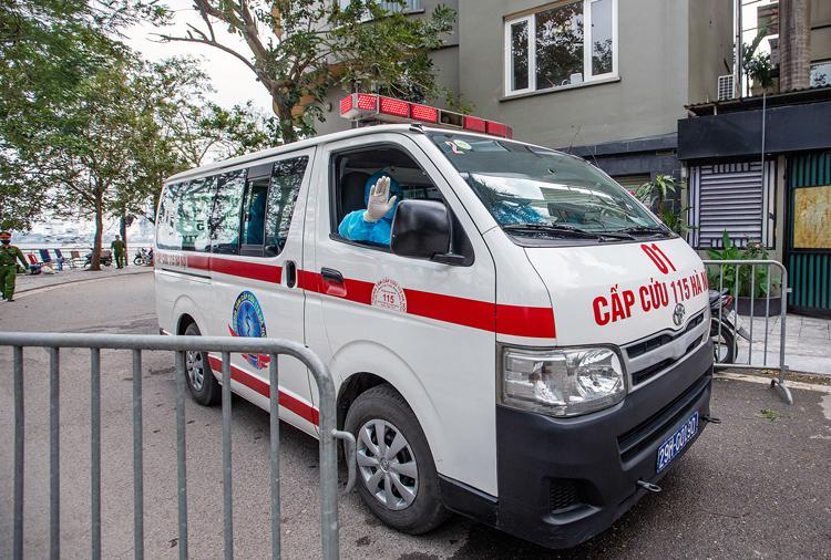 Một trường hợp nghi ngờ mắc CoVid-19 tại quận Ba Đình được xe y tế đưa đi chiều 25/3. Ảnh: Giang Huy.