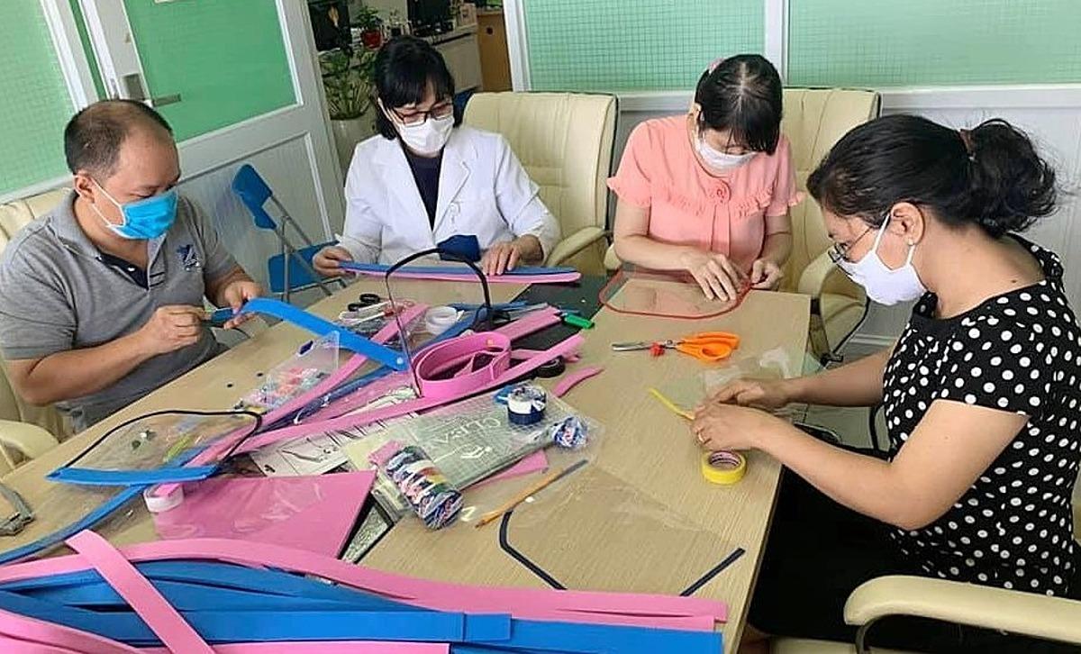 Cán bộ phòng nghiên cứu khoa học Bệnh viện Chợ Rẫy sáng chế tấm kính ngăn giọt bắn.
