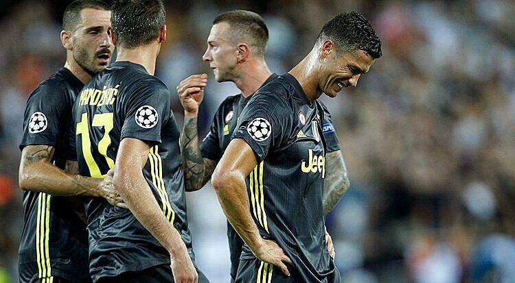 Đồng đội được nhận máy tính mới từ Ronaldo (phải). Ảnh: AP.
