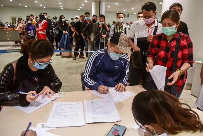 Hành khách làm thủ tục khai y tế khi nhập cảnh tại sân bay Nội Bài. Ảnh: Giang Huy.
