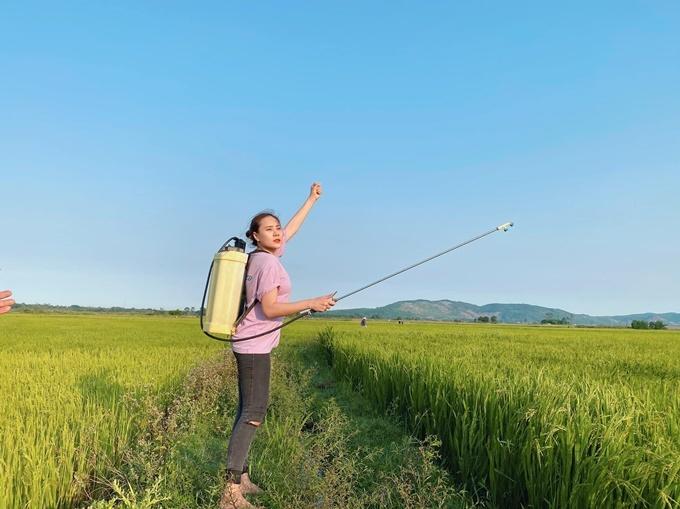 Trước đó, Hồ Bích Trâm chuẩn bị kỹ lưỡng cho chuyến về quê. Cô xin giấy chứng nhận sức khỏe tại khu chung cư và vừa đến nơi đã ra ủy ban nhân dân địa phương để khai báo y tế.