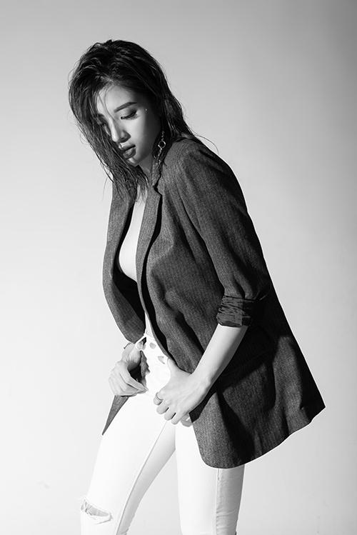 Cô thể hiện sự biến hóakhi kết hợp mốt mặc vest không nội y với quần âu, chân váy hoặc quần jean rách. Thiết kế vest oversized mang đến sự phóng khoáng, trẻ trung cho người mặc khi phối quần jean bó sát.