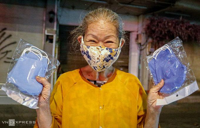 Người Sài Gòn phát cơm, khẩu trang miễn phí