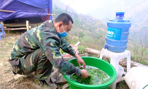 Bữa ăn với rau rừng của bộ đội Biên phòng