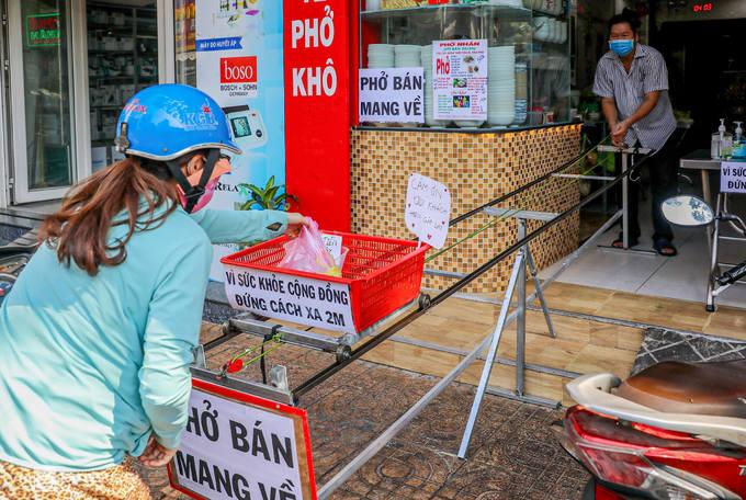 Hàng quán Sài Gòn ứng phó quy định cách ly