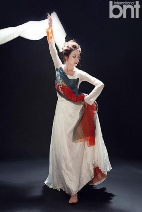 Jo Eu Jung mặc trang phục truyền thống hanbok và thực hiện một điệu nhảy.