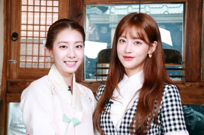 Với tư cách MC, Jo Eun Jung dẫn các chương trình, tương tác với nhiều nghệ sĩ của Hàn Quốc. Trong một bức ảnh đứng cạnh diễn viên Oh Yeon Seo, Jo Eun Jung được khen ngợi đẹp không thua gì đàn chị.