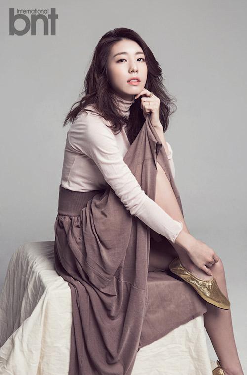 Bà xã So Ji Sub trên bìa tạp chí.