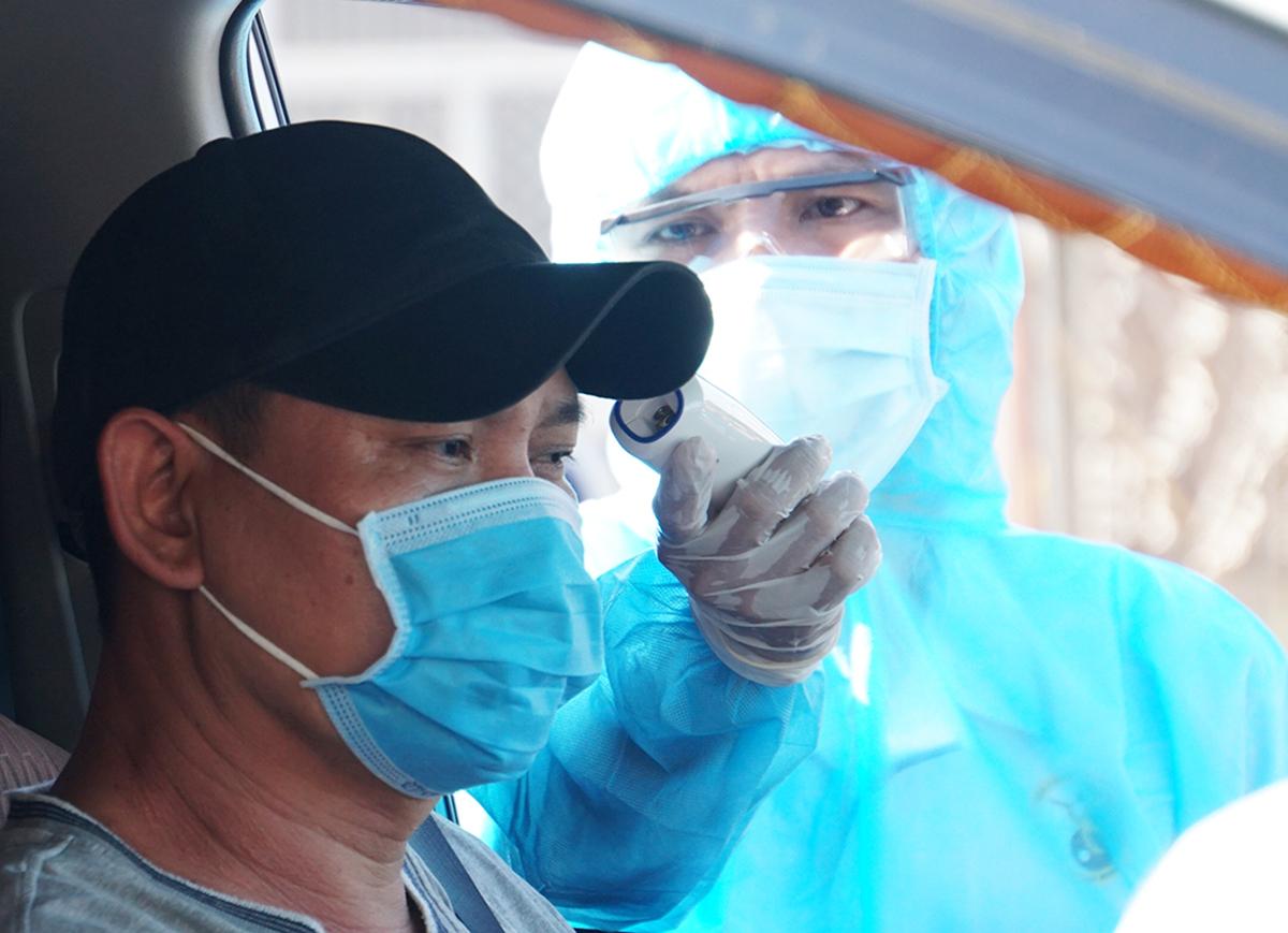Các xe từ Bình Dương về TP HCM sẽ được kiểm soát, kiểm tra y tế. Ảnh: Mạnh Tùng.