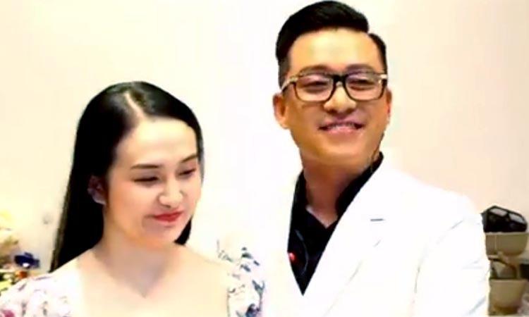 Tuấn Hưng nói lời ngọt ngào với vợ trong livestream tối 4/4. Ảnh: Facebook.