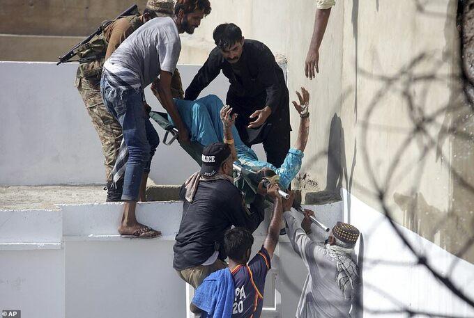 [Nhân viên cứu hộ đưa một người bị thương ra khỏi hiện trường vụtai nạn máy bay ở thành phố Karachi, tỉnh Sindh, Pakistan, hôm 22/5. Ảnh: Reuters.]