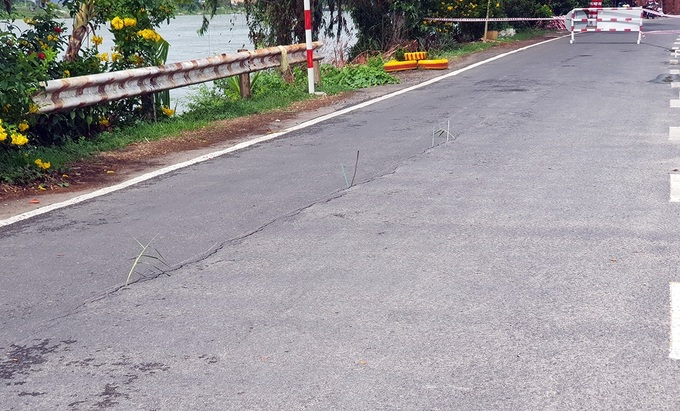 Vết nứt sát bờ sông Hậu trên quốc lộ 91 ở xã Bình Mỹ, huyện Châu Phú, Cần Thơ. Ảnh: Cửu Long.