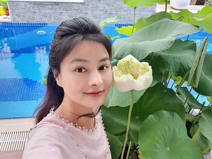 Vào mùa sen nở rộ, kích thước hoa có thể to gần bằng gương mặt của cựu người mẫu.