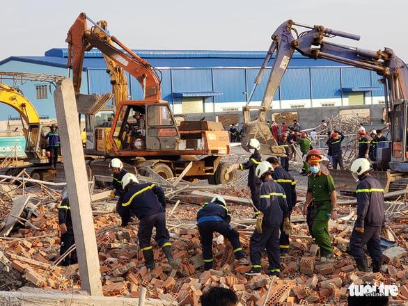 10 người chết, nhiều người bị chôn vùi do sập tường đang xây ở Đồng Nai - Ảnh 8.