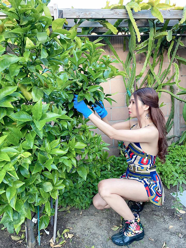 Minh Thư tranh thủ làm vườn trong thời gian cách ly. Ảnh: Nhân vật cung cấp.
