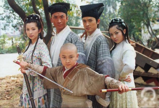 Lưu Di Quân (phải) đóng Long Phi Yến - cô gái xuất thân quý tộc, tính tình ngây thơ, lãng mạn. Nàng thường đấu khẩu với Công Tôn Sách song dần có tình cảm với chàng.