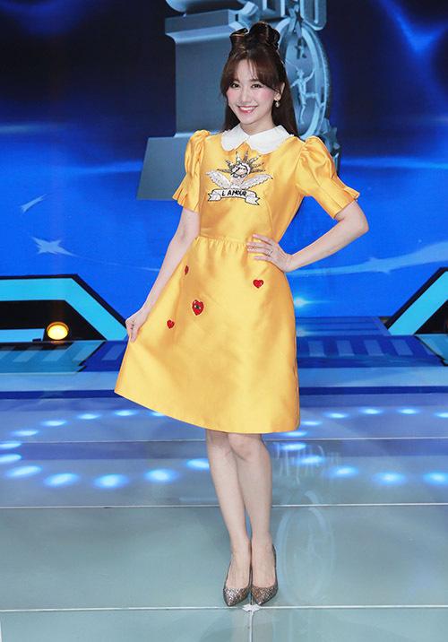 Hari Won xinh tươi, rạng rỡ đi làm giám khảo chương trình Siêu tài năng nhí. Cô rất vui được ngồi ghế nóng cùng ông xã Trấn Thành.