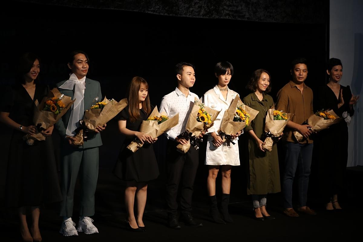 Xuân Lan trao hoa cám ơn những nhà thiết kế tham gia chương trình.