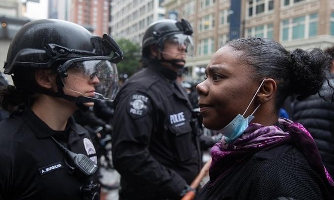 Cảnh sát đối mặt với người biểu tình ở Seattle, Mỹ, ngày 30/5. Ảnh: Crosscut.
