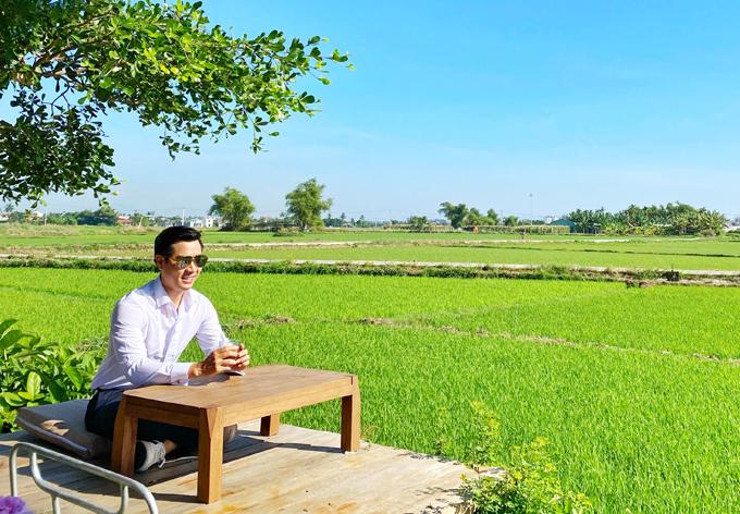 Quán này thiết kế cả những bàn trà kiểu Nhật ngoài trời để khách vừa ngồi chơi vừa ngắm cảnh đồng lúa thật gần.