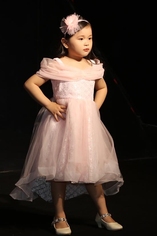 Các kiểu dáng, chất liệu được chọn lựa kỹ lưỡng phù hợp trẻ nhỏ.