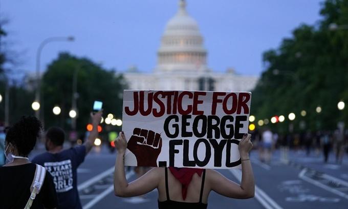Người biểu tình giơ biểu ngữ đòi công lý cho George Floyd trên đại lộ Pennsylvania ở thủ đô Washington DC, Mỹ, ngày 29/5. Ảnh: AP.
