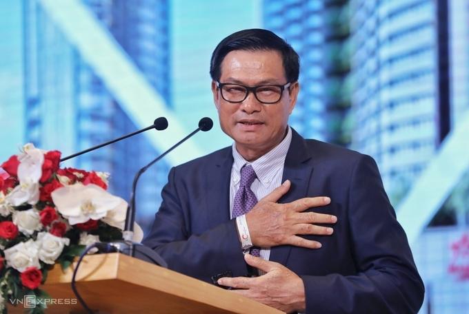 Ông Nguyễn Bá Dương hai lần xin lỗi cổ đông tại phiên họp thường niên chiều 30/6. Ảnh: Quỳnh Trần.