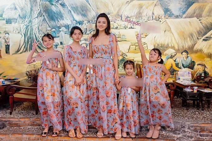 Vũ Thu Phương cùng bốn con gái diện trang phục giống hệt nhau tại sự kiện. Ở tuổi 35, người đẹp bận rộn chăm sóc tổ ấm, trong đó hai bé Bảo Ngọc, Kim Ngọc (trái) là con riêng của ông xã. Cô hạnh phúc khi các bé yêu thương, gắn kết và quấn quýt nhau.