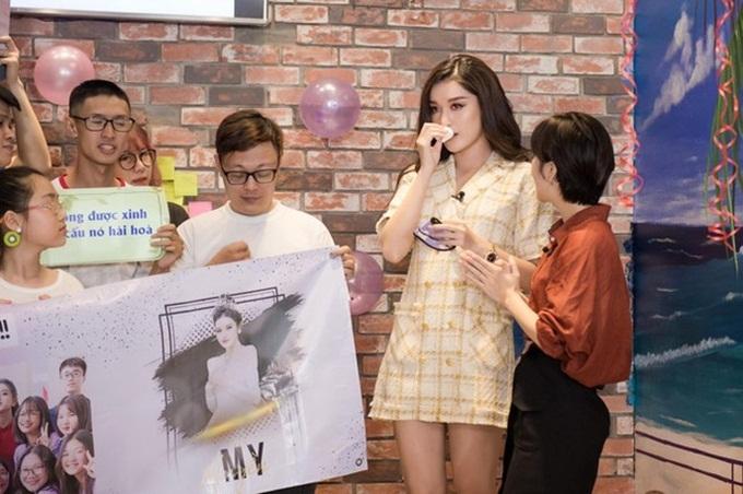 Huyền My (váy kẻ) lần đầu bật khóc trước khán giả sau 6 năm kể từ sau cuộc thi Hoa hậu Việt Nam 2014.