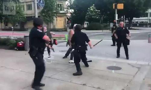 Cảnh sát Mỹ dùng dùi cui đánh người biểu tình
