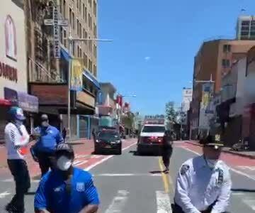 Cảnh sát New York quỳ gối cùng người biểu tình
