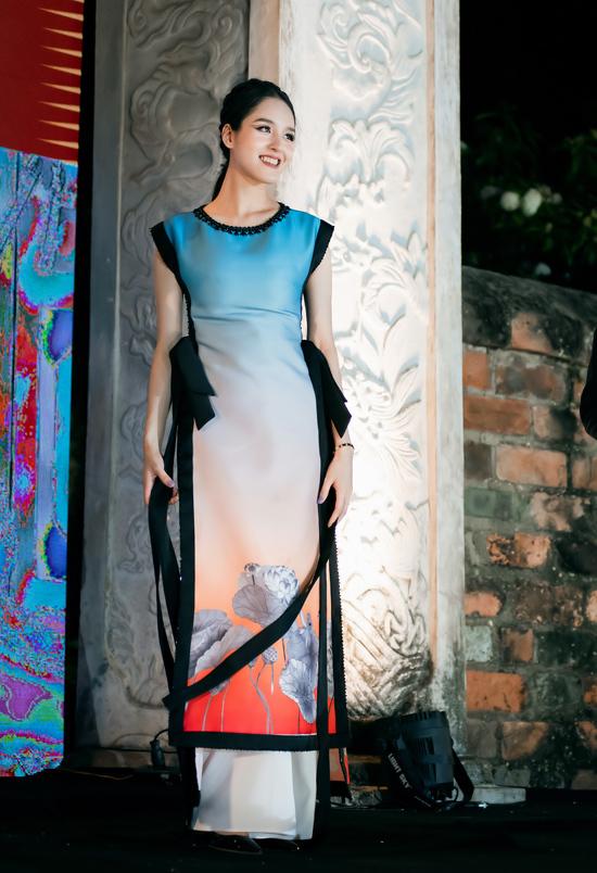 Đây là lần đầu tiên Hoàng Anh tái xuất trên sàn runway sau 6 năm vắng bóng. Cô tham gia trình diễn bộ sưu tập của Hà Duy trong chương trình Áo dài - Di sản văn hóa Việt Nam tại Văn Miếu - Quốc Tử Giám. Người đẹp từng có nhiều năm hoạt động ở vai trò model trước khi đăng quang á hậu 2 cuộc thi Hoa hậu Việt Nam 2012.
