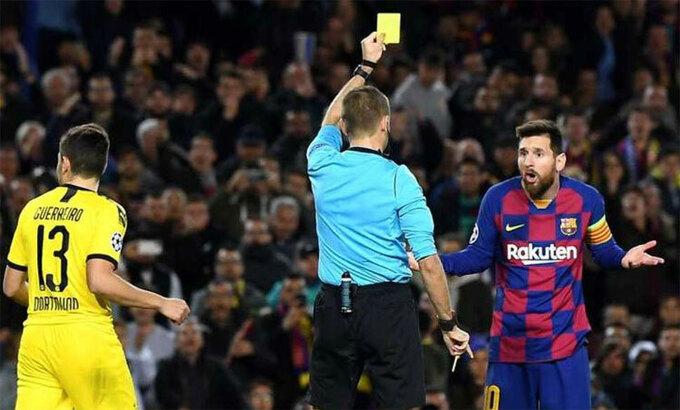 Messi đã có không ít lần nhận thẻ mùa này. Ảnh: Reuters.