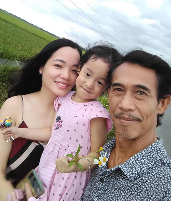 Nghệ sĩ Phú Đôn bên vợ và con gái. Những lúc rảnh rỗi, anh thường đưa vợ con đi ăn, du lịch để thư giãn, bồi dưỡng tình cảm gia đình. Ảnh: Nhân vật cung cấp.