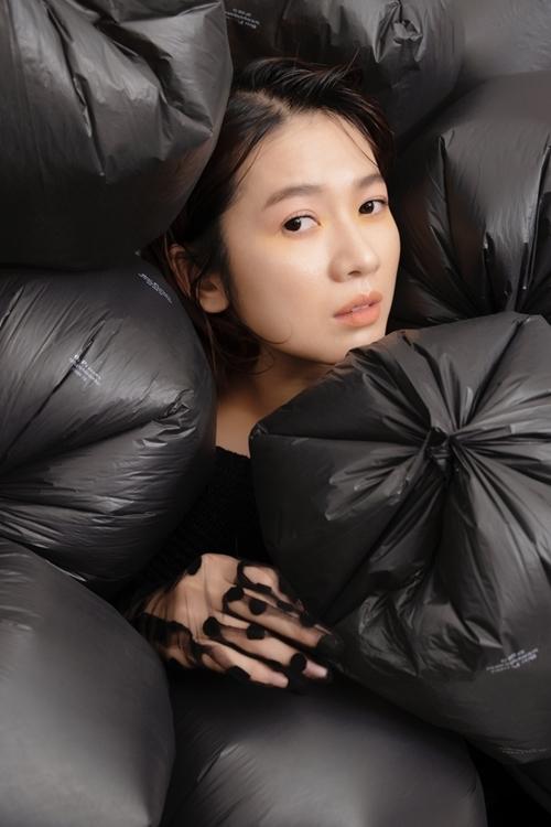 Cô nằm giữa đống túi nylon.