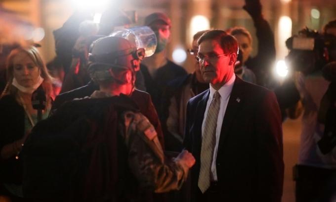 Mark Esper (đeo cà vạt) trò chuyện với Vệ binh Quốc gia tại thủ đô Washington ngày 1/6. Ảnh: Reuters.