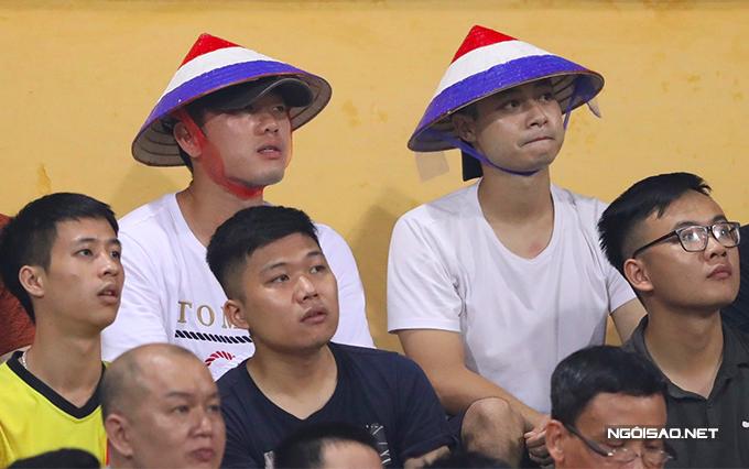 Tối 6/6, Xuân Trường ngồi trên khán đài sân Hàng Đẫy để theo dõi trận đấu giữa Hà Nội và HAGL ở vòng 3 V-League 2020. Buổi chiều hôm trước, tiền vệ quê Tuyên Quang có ra sân tập cùng các đồng đội nhưng anh vẫn chưa thể thi đấu vì chưa hoàn toàn bình phục chấn thương.