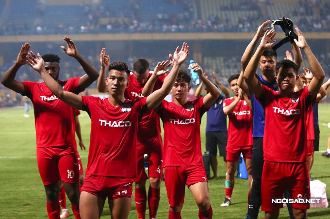 Trước khi vào đường hầm, Văn Thanh và các đồng đội thực hiện màn Viking để cảm ơn người hâm mộ.