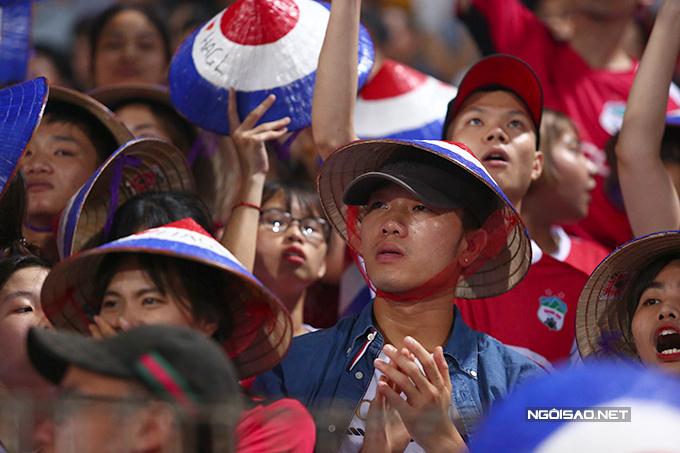 Tiền vệ 25 tuổi cùng các fan hò reo, vỗ tay, cổ vũ hết mình cho đội nhà.