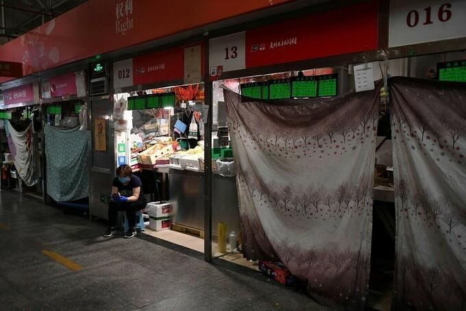 Các sạp hàng tại một khu chợ ở Bắc KInh được đóng cửa để hạn chế lây nhiễm nCoV, ngày 22/6. Ảnh: AFP