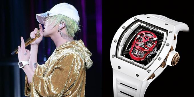 Nhắc đến những nhân vật chịu chơi nhất trong showbiz Hàn Quốc thì không thể bỏ qua G-Dragon - thủ lĩnh nhóm nhạc Big Bang, đồng thời là một biểu tượng thời trang có tầm ảnh hưởng trên phạm vi toàn cầu. Mọi trang phục hay kiểu tóc của anh luôn trở thành chủ đề bàn tán. Cho đến nay, phong cách của ông hoàng thời trang Hàn Quốc trên sân khấu năm 2016 vẫn được nhắc đến khi trên tay anh là chiếc đồng hồ Richard Mille Tourbillon Skull giá hơn 12 tỷ đồng.