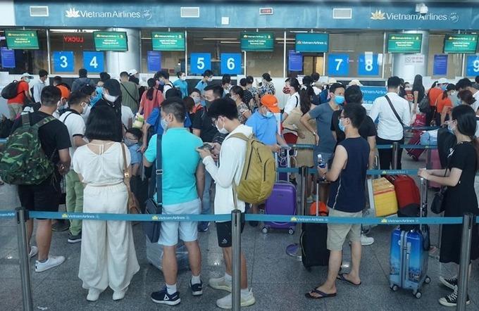 Hành khách làm thủ tục bay tại sân bay Đà Nẵng chiều 27/7. Ảnh: Gia Chính.
