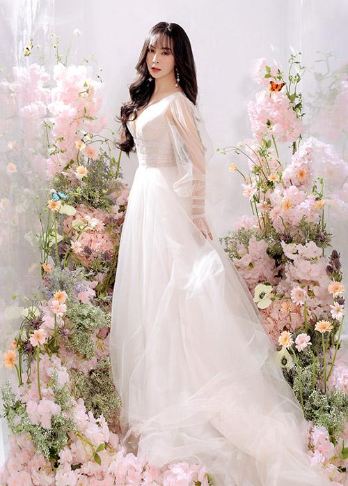 Nữ ca sĩ sở hữu vẻ đẹp mong manh, nữ tính nên thích phong cách thời trang điệu đà pha chút cổ điển.