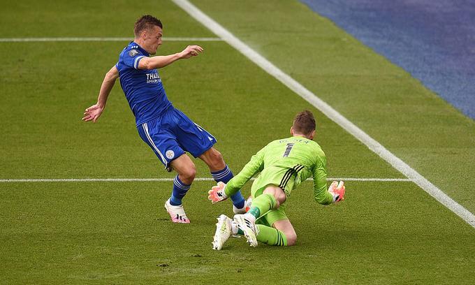 Vardy (trái) có nhiều cơ hội, và một lần đưa bóng trúng xà ngang khung thành Man Utd. Ảnh: Reuters.