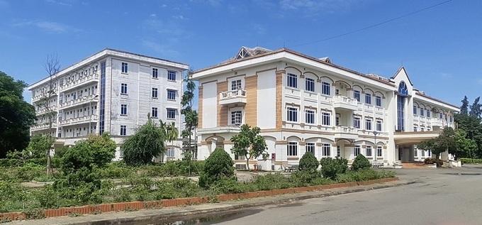 Cơ sở 2 Trung tâm Y tế huyện Bình Sơn, nơi đang cách ly 28 người, trong đó có 2 ca dương tính và 26 người tiếp xúc gần. Ảnh: Phạm Linh.