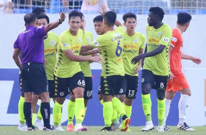 Hùng Dũng chia vui với đồng đội sau khi ghi bàn thứ hai ở V-League mùa này. Ảnh: Minh Huy.