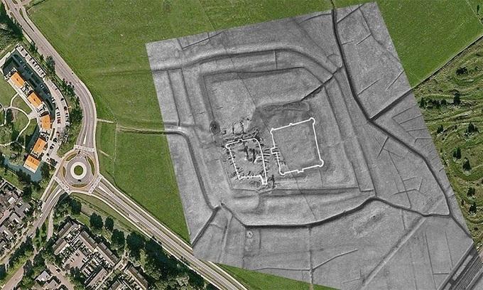 Tàn tích lâu đài cổ trong ảnh chụp từ trên cao. Ảnh: Ancient Origins.